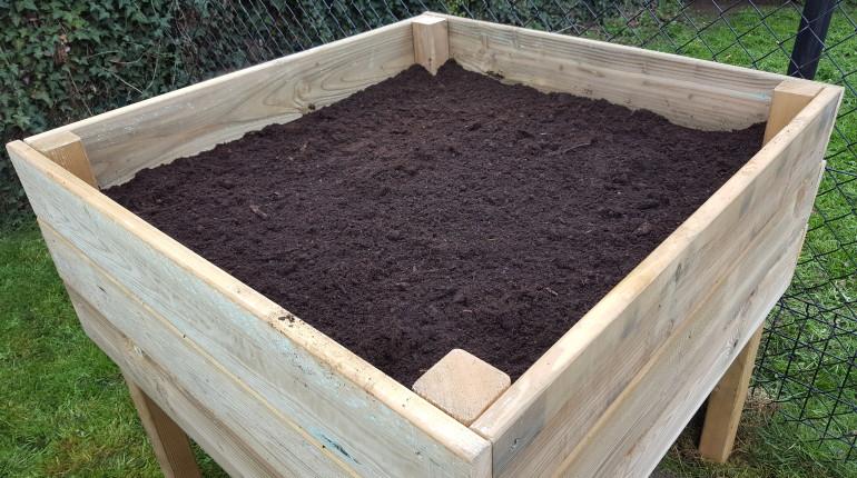 Fabrication d'un potager en hauteur par Greenrod, votre partenaire en entretien de jardins, élagage, construction d'abris de jardin etc.