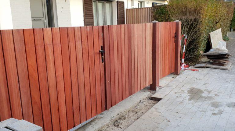 Parking dallé, parterres entourés de palissades en bois, portail et palissade en bois par Greenrod - votre partenaire multi-services