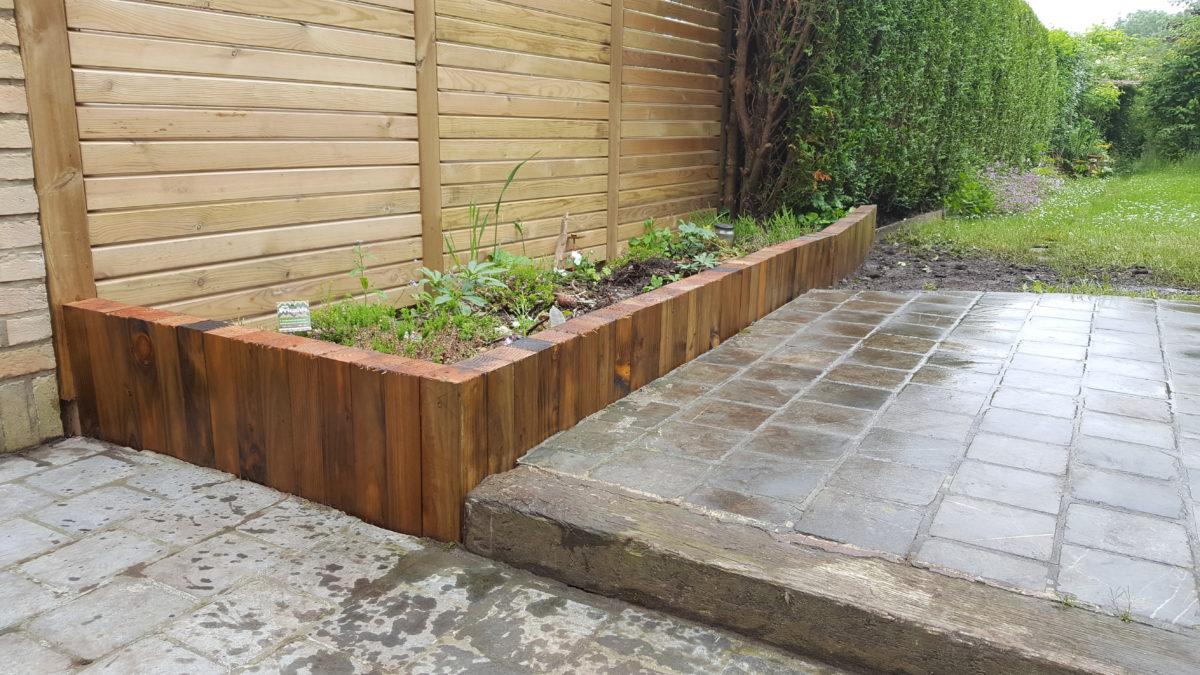 Création d'une terrasse en pavés par Greenrod, votre partenaire en entretien de jardins, élagage, construction d'abris de jardin etc.