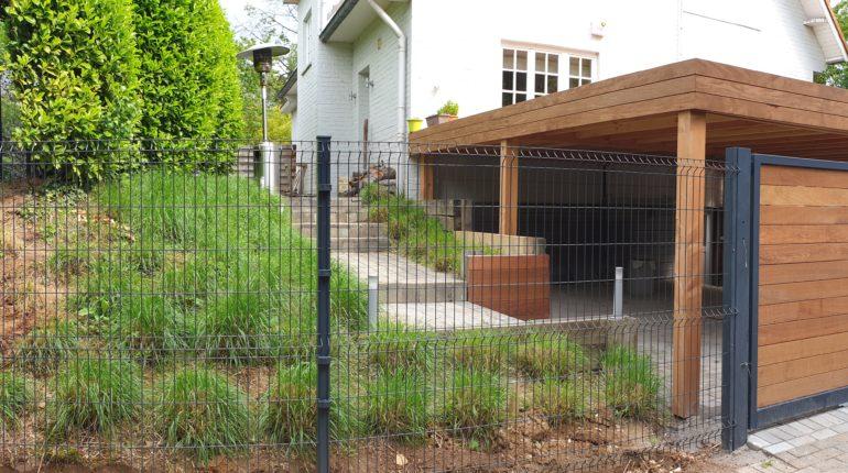 Placement d'une clôture par Greenrod, votre partenaire en entretien de jardins, élagage, construction d'abris de jardin etc.