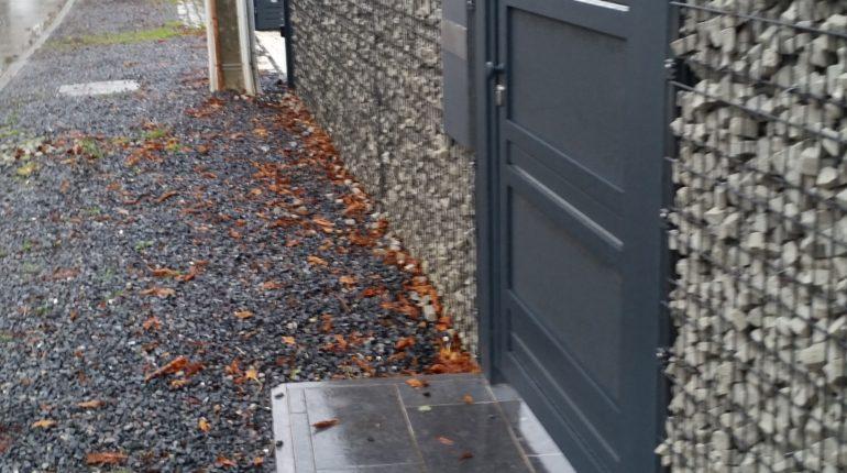 Placement d'une clôture en gabions par Greenrod, votre partenaire en entretien de jardins, élagage, construction d'abris de jardin etc.