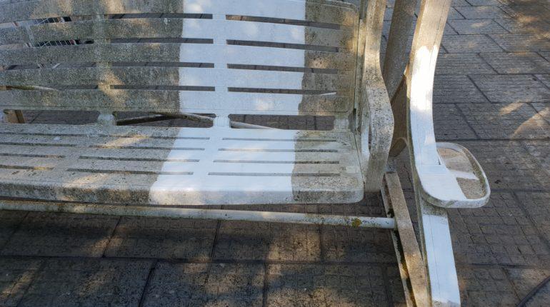 Nettoyage d'une balancelle au nettoyeur à haute pression par Greenrod, votre partenaire en entretien de jardins, élagage, abattage, construction d'abris de jardins, haies et pelouses etc.