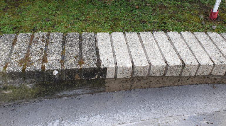 Nettoyage d'un muret au nettoyeur à haute pression par Greenrod, votre partenaire en entretien de jardins, élagage, abattage, construction d'abris de jardins, haies et pelouses etc.