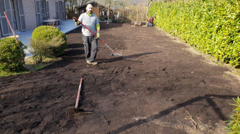 Préparation d'un terrain pour pose d'une pelouse en rouleaux par Greenrod, votre partenaire en entretien de jardins, élagage, construction d'abris de jardin etc.