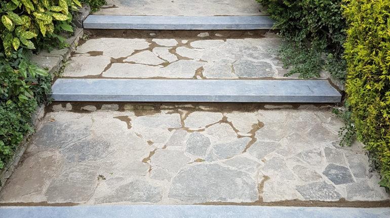 Création d'un escalier en pierres bleues par Greenrod, votre partenaire en entretien de jardins, élagage, construction d'abris de jardin etc.
