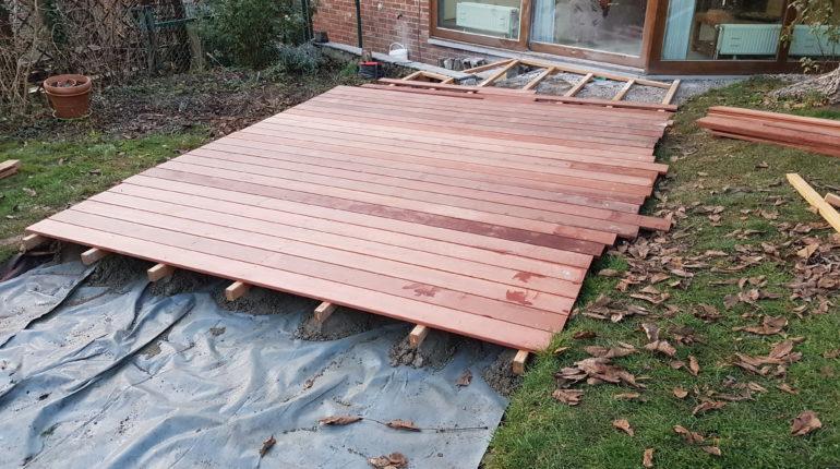 Montage d'une terrasse en bois par Greenrod, votre partenaire en entretien de jardins, élagage, construction d'abris de jardin etc.